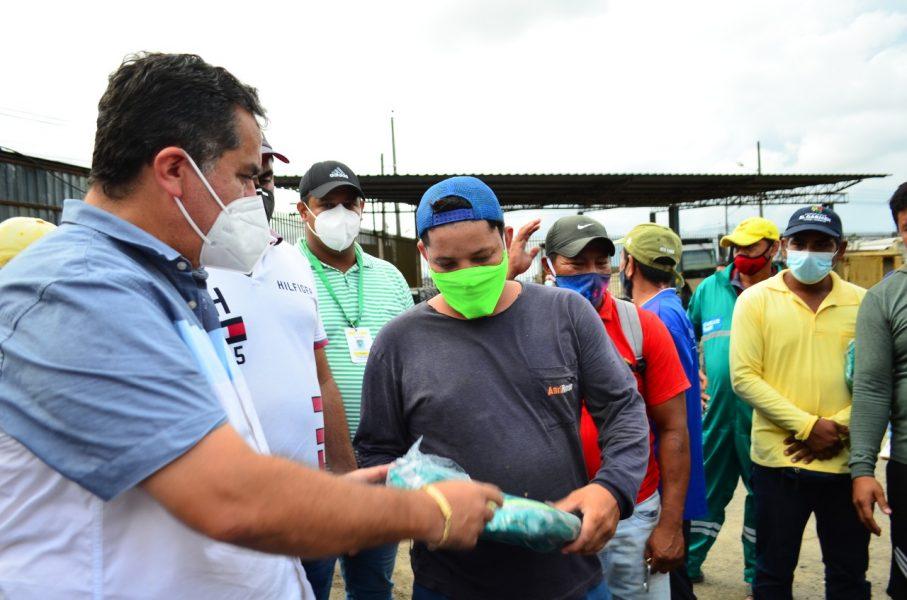 OBREROS MUNICIPALES RECIBEN UNIFORME